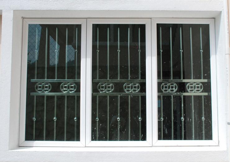 Inferriate e grate di sicurezza milano fabbro urgente milano - Grate in ferro battuto per finestre ...
