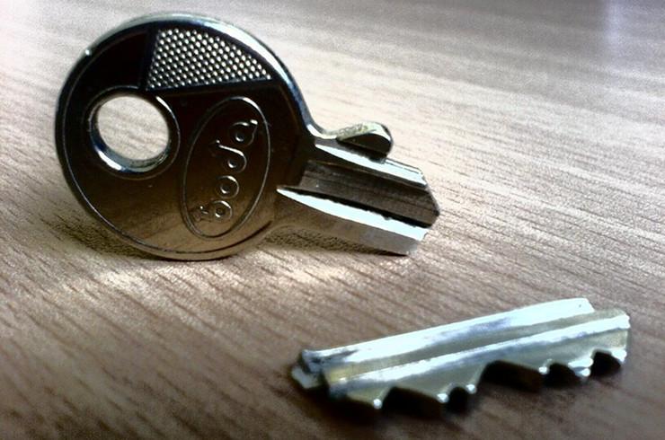 Sblocco serratura fabbro urgente milano - Come aprire una porta bloccata dall interno ...